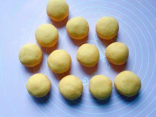 豆沙红薯饼,将面团平均分成12等份的小剂子。
