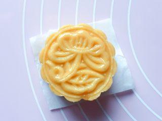 豆沙红薯饼,然后用力均匀的压出花形。
