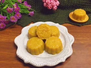 豆沙红薯饼,蒸好的豆沙红薯饼稍晾凉,装盘即可食用。