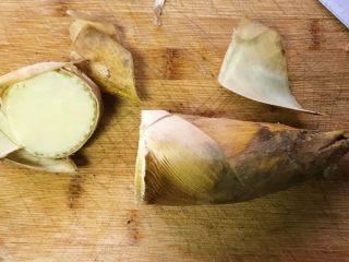 双冬炒蘑菇,冬笋切掉尾部