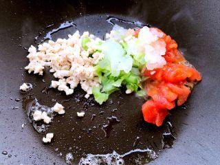 辅食~土豆泥新吃法,比KFC好吃100倍!,锅中刷油烧热,倒入番茄碎、包菜碎、冬瓜碎和鸡肉沫,翻炒均匀