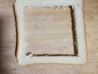 让你欲罢不能的胡萝卜厚蛋烧,用小刀把中间切去,只要边,中间可以来做三明治