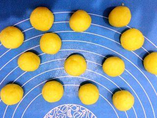 黄金椰丝球,均匀分成小圆球,我这个是15克一个