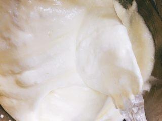 迷你萨瓦林戚风蛋糕,将蛋白糊分三次拌入蛋黄糊中,以J字形手法,翻拌均匀。