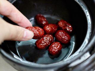 红枣芋头糖水,红枣放砂锅里
