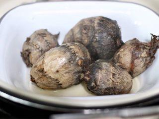 红枣芋头糖水,取出半熟芋头
