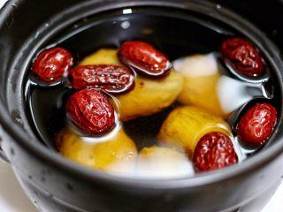 红枣芋头糖水,倒入清水