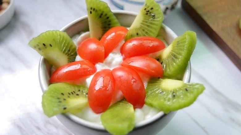 酸奶水果捞,摆上圣女果
