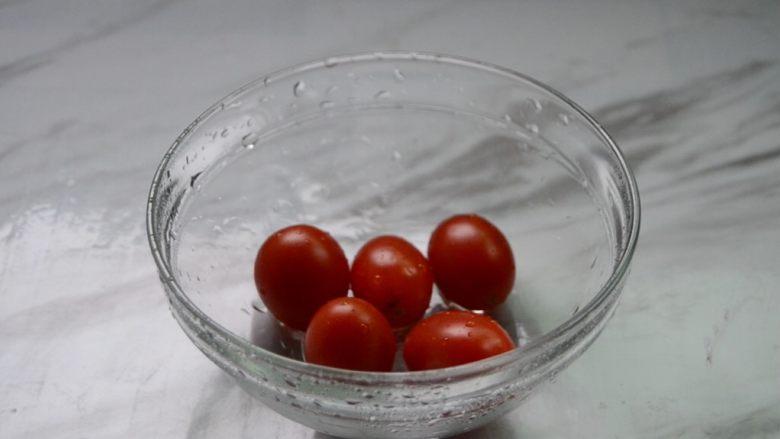 酸奶水果捞,<a style='color:red;display:inline-block;' href='/shicai/ 3438'>圣女果</a>用清水洗净