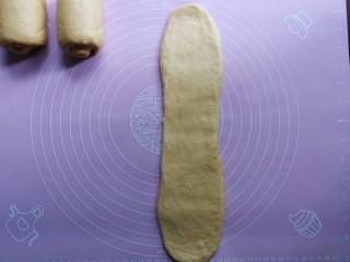 最爱面包+南瓜吐司,将面团垂直竖放,再次用擀面杖擀开,翻面后自上而下卷起