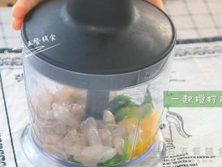 菠菜虾滑,虾、菠菜、1个蛋黄都加入料理机,一起搅打成泥。