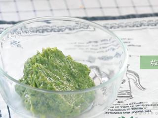 菠菜虾滑,放在碗中。