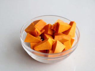 南瓜红枣小米粥(养生),放碗里备用