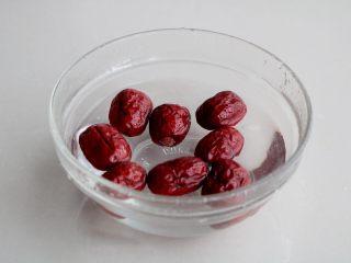 南瓜红枣小米粥(养生),红枣浸泡清洗干净