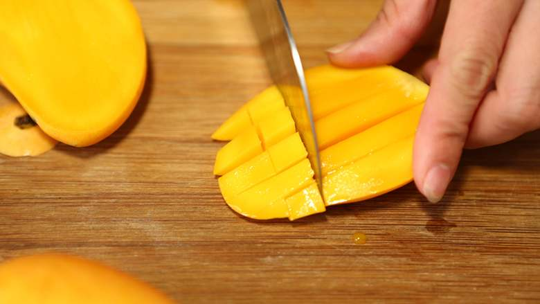 美味甜点-芒果黑米甜甜,芒果洗净去核,去皮