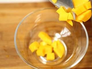美味甜点-芒果黑米甜甜,将芒果切成小块备用