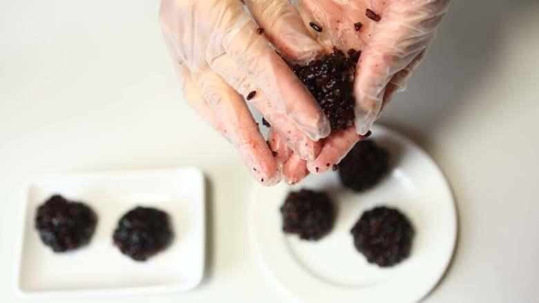 美味甜点-芒果黑米甜甜,把黑米捏成圆形状