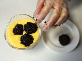 美味甜点-芒果黑米甜甜,将黑米团子放在芒果汁里