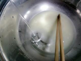 玉米面馒头,再放一些水,不要放多了,主要是稀释酵母水