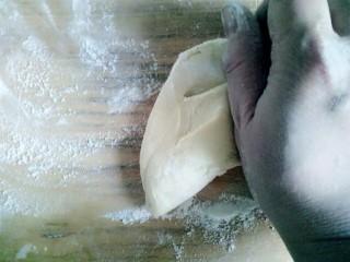 玉米面馒头,取一块揉匀