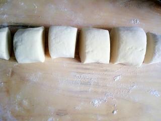 玉米面馒头,切适量的小块