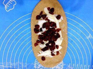 红糖蔓越莓软欧包,放泡好的蔓越莓干