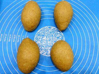 红糖蔓越莓软欧包,均匀分成四个面团