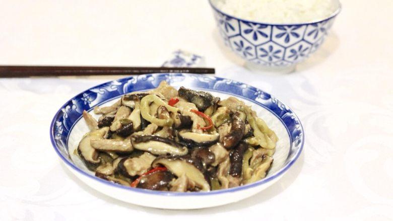 榨菜香菇炒肉丝,装盆,配饭佐粥都可以。
