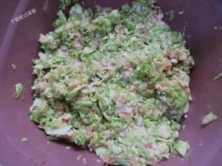 猪肉白菜水饺,把白菜挤出的水份打到肉馅中搅匀。