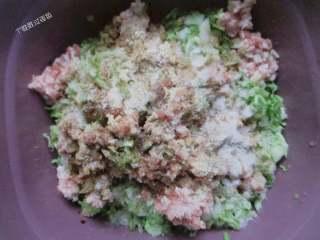 猪肉白菜水饺,然后打一个鸡蛋,倒入适量淀粉,搅拌均匀(放淀粉是让肉更嫩些)适量即可,最后盐,酱油、糖、五香粉、胡椒粉和少许香油搅匀,馅就和好了