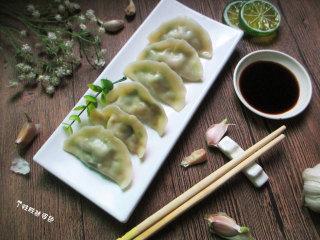 猪肉白菜水饺,没有白菜的话,用包菜也是可以的,做成包菜肉卷,那绝对让你吃了一个还想吃。