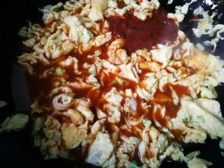 #一碗面条#鸡蛋面(黄豆酱版),鸡蛋快炒熟时,倒入黄豆酱汁。