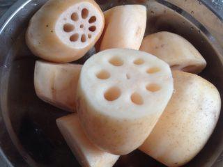 莲藕绿豆煲猪骨汤,将莲藕切大块