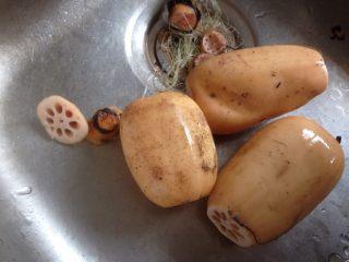 莲藕绿豆煲猪骨汤,去掉藕节
