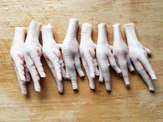 卤鸡爪,将鸡爪洗净,用厨房专用小剪刀剪去指甲。