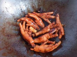 卤鸡爪,待鸡爪煮熟,汤汁变少时,开中火收汁即可。(可在收汁前尝下咸淡,如果觉得淡,就加少许盐调味,然后收汁即可,我个人觉得不加盐刚刚好。)