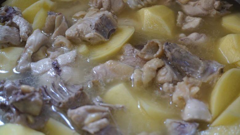 咖喱土豆炖鸡块,倒入清水盖上锅盖焖煮15分钟