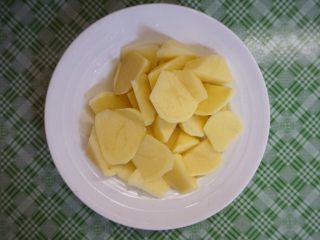 咖喱土豆炖鸡块,土豆削皮洗净切成滚刀块