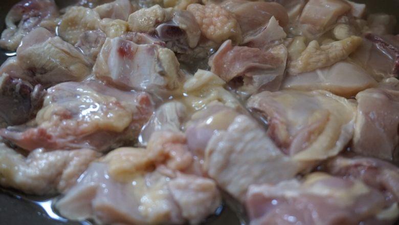 咖喱土豆炖鸡块,锅烧热下油,倒入鸡块翻炒