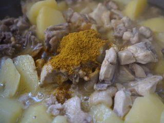 咖喱土豆炖鸡块,快收汁时把咖喱粉加入炒均匀就可出锅