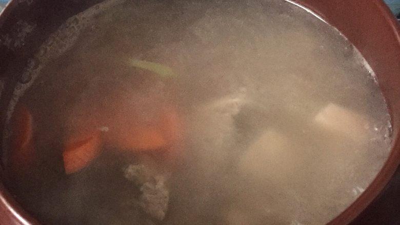 莲藕排骨汤,放入胡萝卜