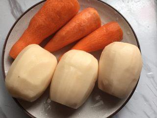 莲藕排骨汤,胡萝卜洗净,全部去皮