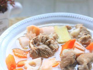 莲藕排骨汤,煮开放盐调味即可