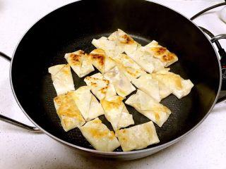 香蕉派,煎至一面金黄就可以翻面