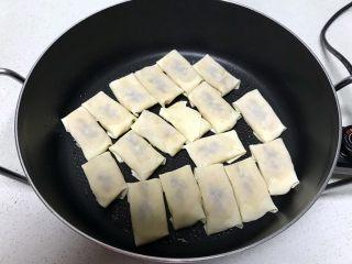 香蕉派,锅内刷一层玉米油烧热后放入包好的香蕉饼,小火煎制
