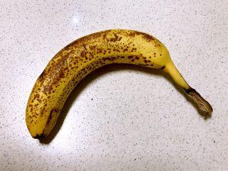 香蕉派,表皮长黄斑的香蕉就是熟透的香蕉,这样的香煎非常甜,我是买回来后放了几天就这样子了