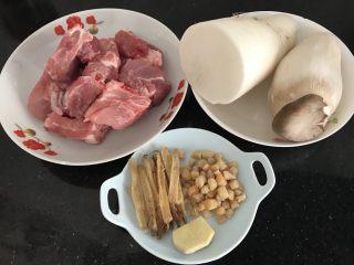 瑶柱沙虫杏鲍萝卜排骨汤 强身健体养生汤,材料准备⬆️