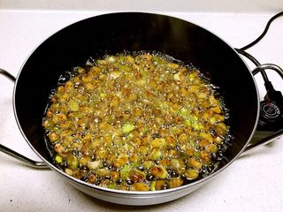香酥蚕豆,炸制表面微黄就捞出来