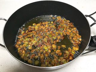 香酥蚕豆,炸制蚕豆金黄就熟了
