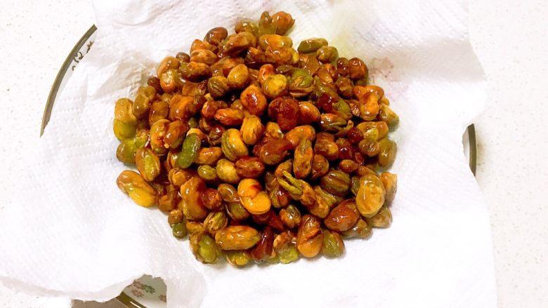 香酥蚕豆,蚕豆出锅了,用吸油纸吸去多余的油脂